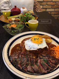 テーブルの上に食べ物のプレートの写真・画像素材[1642136]