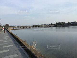 水の体の上を橋を渡る列車の写真・画像素材[1643142]