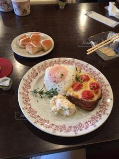 テーブルな皿の上に食べ物のプレートをトッピングの写真・画像素材[1643526]
