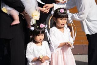 群衆の前に立っている小さな女の子の写真・画像素材[2128994]