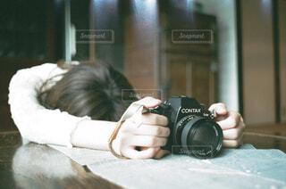カメラを持っている人の写真・画像素材[1671115]