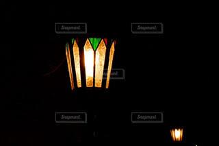 闇の中に灯る温かな光の写真・画像素材[1645659]