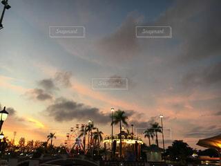 夕暮れ時の遊園地の写真・画像素材[1647453]