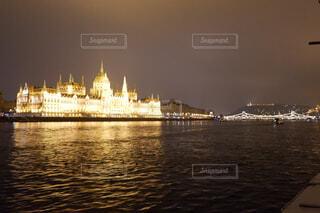 ドナウ川上から見た国会議事堂とくさり橋の写真・画像素材[1650453]