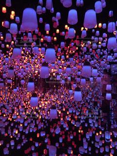 夜のトラフィックでいっぱい街の通りのビューの写真・画像素材[1714210]