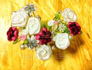木製テーブルの上に座っている花の花瓶の写真・画像素材[1719466]