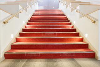 レッドカーペットが敷かれた階段の写真・画像素材[1796525]