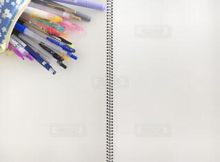 白い面の上の鉛筆の写真・画像素材[2172674]
