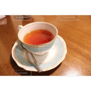 木製のテーブルの上に座ってコーヒー カップの写真・画像素材[1688625]