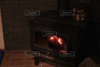 暖炉で温まる夜1の写真・画像素材[1703053]