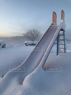 雪の積もった滑り台の写真・画像素材[1645796]