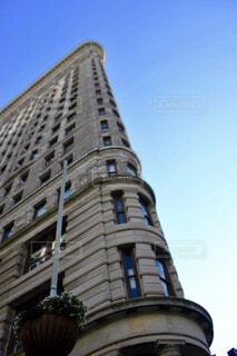 建物の上部に時計と大きな背の高い塔の写真・画像素材[1647420]