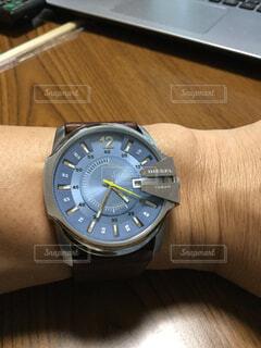 文字盤がブルーの腕時計の写真・画像素材[1648630]