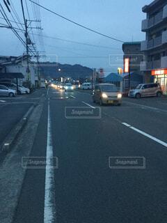 街で信号で停止した車の写真・画像素材[1652444]