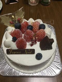 テーブルの上にフルーツとケーキの写真・画像素材[1667781]