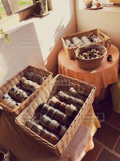 テーブルの上のケーキと木製のまな板の写真・画像素材[1648901]
