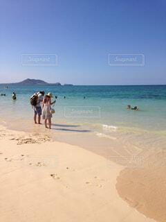 天国の海と呼ばれるラニカイビーチで見つけたカップルの写真・画像素材[1648414]