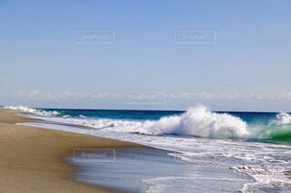 浜辺に打ち上げられた波は引き際も美しい。の写真・画像素材[1649030]