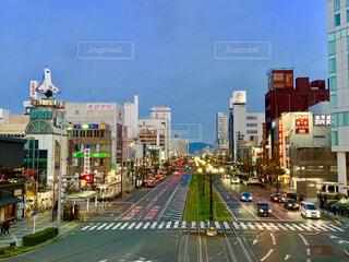 近くに忙しい街の通りの風景の写真・画像素材[1652887]