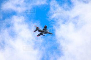 青い空を飛んでいるジェット戦闘機の写真・画像素材[1668923]