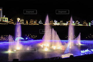 夜のライトアップされた噴水の写真・画像素材[1677408]