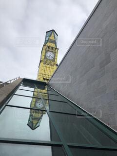 建物の側に時計の写真・画像素材[1651512]