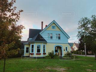 家の前に広い芝生の写真・画像素材[1651635]