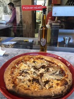 テーブルの上に座ってピザの写真・画像素材[1651718]