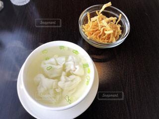テーブルの上の皿の上に食べ物のボウルの写真・画像素材[1796076]