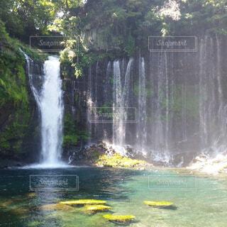 天地淵滝とバック グラウンドでいくつかの水の上大きな滝の写真・画像素材[1649617]