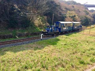 下り列車を走行する列車は森の近く追跡します。の写真・画像素材[1651422]