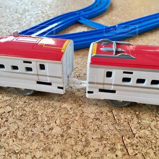 未舗装の道路で白と赤のおもちゃの車の写真・画像素材[1658385]