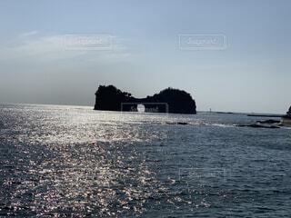 海にある岩の写真・画像素材[2099115]