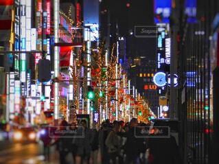 銀座の夜、にぎやかな街通りの写真・画像素材[2818990]