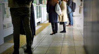 駅のホームで電車を待つ人々の写真・画像素材[2826547]