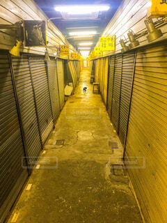 深夜の商店街の写真・画像素材[1652863]