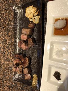 鉄板焼のお肉とガーリックの写真・画像素材[1657896]