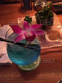 青いカクテルとお花の写真・画像素材[1657897]
