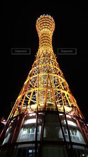 近くに時計塔のライトアップ神戸ポートタワーをバック グラウンドでの写真・画像素材[1654098]