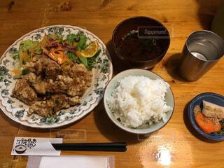 木製のテーブルの上に食べ物のプレートの写真・画像素材[1654371]