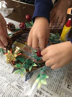 クリスマスリースを作る親子の写真・画像素材[1664712]