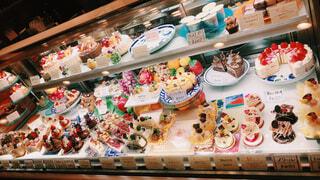 ショーウィンドウのケーキ!の写真・画像素材[1683680]