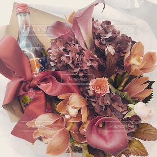 テーブルの上のピンクの花で一杯の花瓶 - No.887551