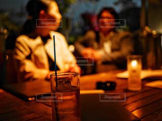 レストランのテーブルに着席した人 - No.1116112