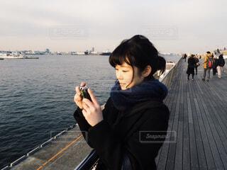 フィルムカメラとわたしの写真・画像素材[1655714]