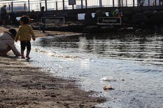 ビーチに立っている小さな男の子の写真・画像素材[1656648]