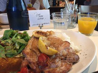 テーブルの上に食べ物のプレートの写真・画像素材[1663927]