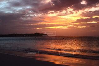 ビーチに沈む夕日の写真・画像素材[2133299]