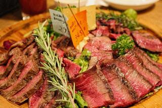 肉と野菜を使った食べ物の皿の写真・画像素材[2179400]