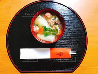 テーブルの上に食べ物のボウルの写真・画像素材[1659163]